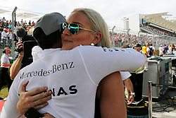 Formel 1: Grosser Preis der USA in Austin, Renntag / 231016<br /> <br /> ***Lewis Hamilton (GBR) Mercedes AMG F1 with Lindsey Vonn (USA) Former Alpine Ski Racer on the grid.<br /> 23.10.2016. Formula 1 World Championship, Rd 18, United States Grand Prix, Austin, Texas, USA, Race Day.<br /> ***