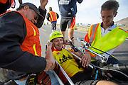 Alexey finisht op de zesde racedag. In Battle Mountain (Nevada) wordt ieder jaar de World Human Powered Speed Challenge gehouden. Tijdens deze wedstrijd wordt geprobeerd zo hard mogelijk te fietsen op pure menskracht. Ze halen snelheden tot 133 km/h. De deelnemers bestaan zowel uit teams van universiteiten als uit hobbyisten. Met de gestroomlijnde fietsen willen ze laten zien wat mogelijk is met menskracht. De speciale ligfietsen kunnen gezien worden als de Formule 1 van het fietsen. De kennis die wordt opgedaan wordt ook gebruikt om duurzaam vervoer verder te ontwikkelen.<br /> <br /> Alexey finishes on the sixth racing day. In Battle Mountain (Nevada) each year the World Human Powered Speed Challenge is held. During this race they try to ride on pure manpower as hard as possible. Speeds up to 133 km/h are reached. The participants consist of both teams from universities and from hobbyists. With the sleek bikes they want to show what is possible with human power. The special recumbent bicycles can be seen as the Formula 1 of the bicycle. The knowledge gained is also used to develop sustainable transport.