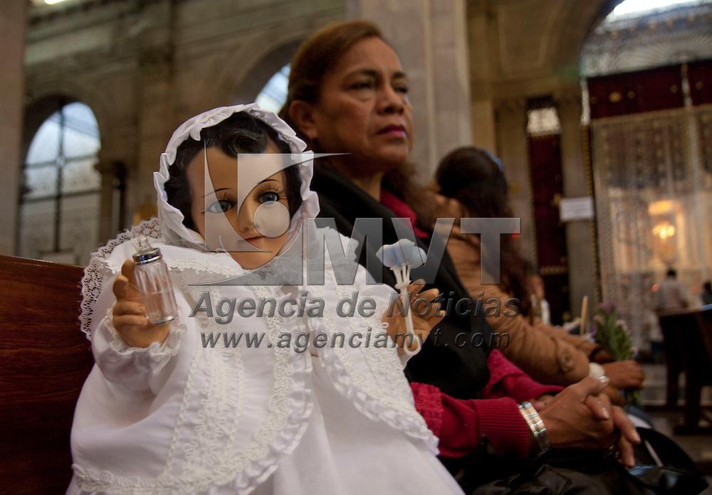 Toluca, Mexico.- Fieles católicos acudieron a la Catedral de Toluca a bendecir sus imágenes del Niño Dios, como parte de la celebración del Día de la Candelaria,  portando diversos trajes cada una de las imágenes,  los asistentes piden un año de tranquilidad y abundancia. Agencia MVT / Crisanta Espinosa