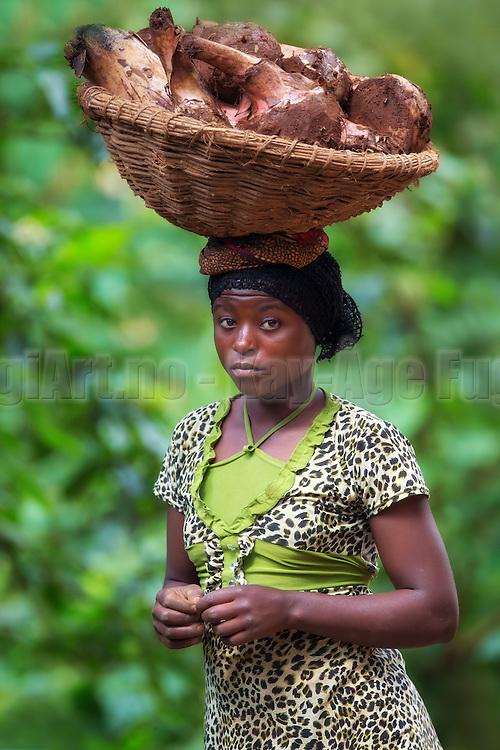 It is amazing how easy this young well dressed beautifull lady from Rwanda carried the basket on her head. Notice how well the colours of her dress matched the background   Det er utrolig hvor lett denne unge velkledde vakre damen fra Rwanda bar kurven på hodet. Legg merke til hvor fint fargene i kjolen passet til bakgrunnen.