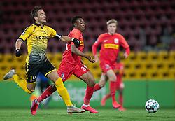 Hallur Hansson (AC Horsens) forsøger at stoppe Isaac Atanga (FC Nordsjælland) under kampen i 3F Superligaen mellem FC Nordsjælland og AC Horsens den 19. februar 2020 i Right to Dream Park, Farum (Foto: Claus Birch).
