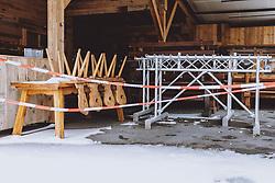 THEMENBILD - Stühle auf einem Tisch und leere Skiständer einer geschlossenen Apres Ski Bar, aufgenommen am 18. Januar 2021 in Kaprun, Österreich // Chairs on a table and empty ski racks of a closed apres ski bar, Kaprun, Austria on 2021/01/18. EXPA Pictures © 2021, PhotoCredit: EXPA/ JFK