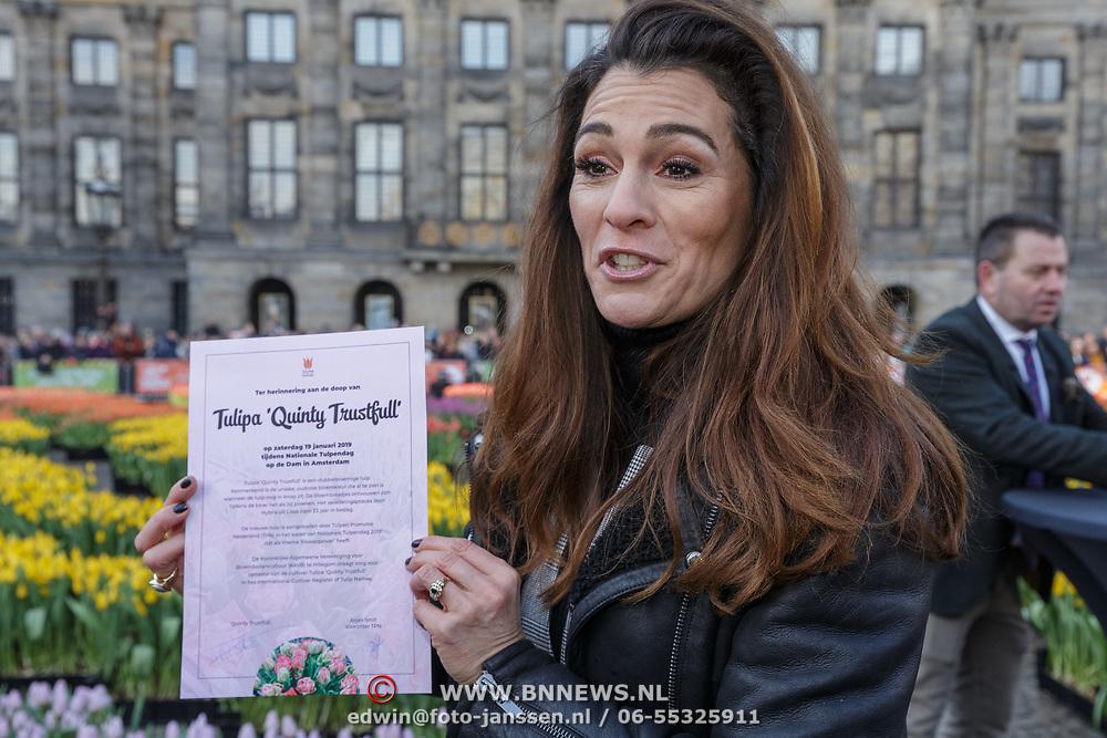 NLD/Amsterdam/20190119 - Nationale Tulpendag 2019, doop tulp Quinty Trustfull, Quinty Trustfull met het document van de door haar venoemde tulp
