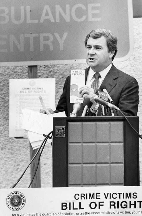 ©1993 Public Speaking: Texas Attorney General Jim Mattox give a presentation to the media