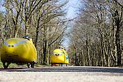 Ligfietsers rijden de Amerongeseberg op. In Woudenberg houdt de ligfietsvereniging NVHPV het jaarlijks paastreffen met onder andere een fietstocht. <br /> <br /> In Woudenberg the Dutch recumbent society is having its early eastern meeting with a tour ride.