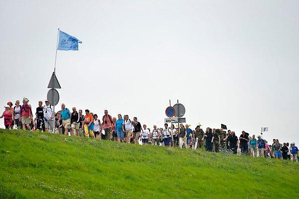 Nederland, Nijmegen, 15-7-2014Op de Wedren starten om 4 uur de eerste lopers van de 4 daagse. Via de Waalbrug en Lent (foto) ging het naar de Betuwe en via de Oosterhoutsedijk weer terug. Het was goed wandelweer, dus dit stuk dijk hoefde haar rampzalige  reputatie uit 2006 niet waar te maken.The International Four Day Marches Nijmegen, or Vierdaagse, is the largest marching event in the world. It is organised every year in Nijmegen in mid-July as a means of promoting sport and exercise. Participants walk 30, 40 or 50 kilometers daily, and, on completion, receive a royally approved medal, Vierdaagsekruis. The participants are mostly civilians, but there are also a few thousand military participants. The vierdaagse, Dutch for Four day Event, is an annual walk that has taken place since 1909, being based at Nijmegen since 1916.Foto: Flip Franssen/Hollandse Hoogte