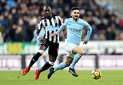 Newcastle United's Mohamed Diame (left) and Manchester City's Ilkay Gundogan (right) battle for the ball during the Premier League match at St James' Park, Newcastle.