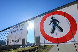 01.04.2020, Altenmarkt im Pongau, AUT, Coronavirus in Österreich, im Bild eine Straßenabsperrung mit Hinweis Sperre gemäß Paragraph 44b StVO Corona vor Altenmarkt im Pongau. Die Gemeinde Altenmarkt im Pongau ist seit 01.04.2020 Mitternacht unter Quarantäne. Für ganz Österreich wurde eine Ausgangsbeschränkung der Bundesregierung ausgesprochen // a roadblock after the city Altenmarkt im Pongau was quarantined since midnight during the coronavirus pandemic. The Austrian government is pursuing aggressive measures in an effort to slow the ongoing spread of the coronavirust, Altenmarkt im Pongau, Austria on 2020/04/01. EXPA Pictures © 2020, PhotoCredit: EXPA/ Martin Huber
