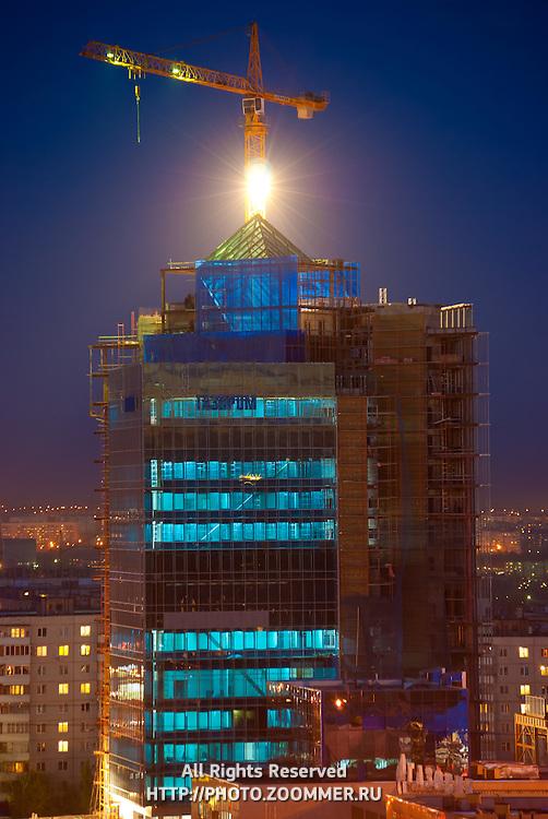 Строительство здания Газпрома в Оренбурге вечером