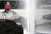 Jongentje geniet van de fontein aan Gent Sint Pieters, Maria Hendrickaplein.
