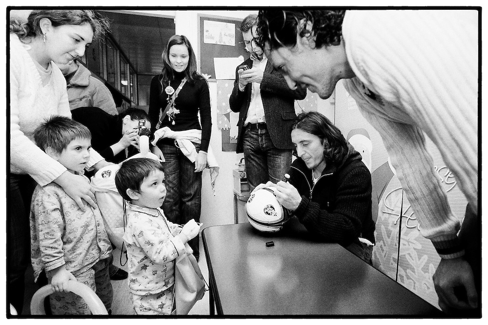 Reportagem sobre a visita dos jogadores , Cristian Rodríguez e Bruno Alves à Pediatria do Hospital S. João no Porto