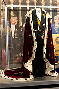 Ingehuldigd! De Oranjes en De Nieuwe Kerk. In de Nieuwe Kerk Amsterdam is een eenmalige tentoonstelling over de koninklijke inhuldigingen. Precies honderd dagen lang staan in de kerk de feestelijke en plechtige inhuldigingen van zeven generaties Oranjes centraal. Van de koningen Willem I, II en III, de koninginnen Wilhelmina, Juliana en Beatrix tot en met koning Willem-Alexander.<br /> <br /> Inaugurated! The Orange and New Church. In the New Church Amsterdam is a one-time exhibition on the royal investitures. Exactly one hundred days in the Church the festive and solemn inaugurations of seven generations of Orange Central. The kings William I, II and III, the queens Wilhelmina, Juliana and Beatrix to King Willem-Alexander.<br /> <br /> Op de foto / On the photo:  Koningsmantel en rokkostuum van koning Willem-Alexander/ King Cloak and suit of King Willem-Alexander
