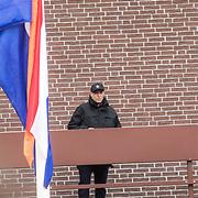 NLD/Amersfoort/20190427 - Koningsdag Amersfoort 2019, politieagent op het dak ter beveilinging