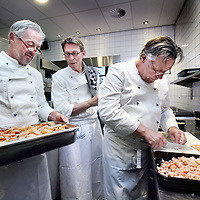 Nederland, Amstelveen , 23 juni 2014.<br /> Kokende specialisten van VUmc koken op zondagmiddag in restaurant aan de Poel.<br /> Foto:Jean-Pierre Jans