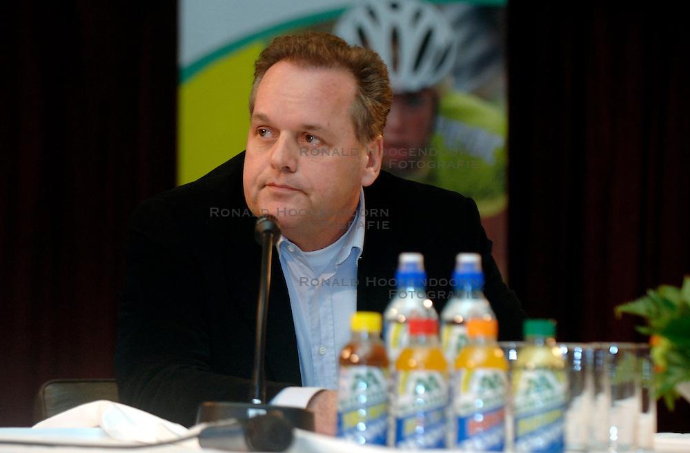 08-03-2006 WIELRENNEN: TEAMPRESENTATIE AA CYCLINGTEAM: ALPHEN AAN DE RIJN<br /> Leontien van Moorsel presenteert het AA cycling team / Meneer Huisman<br /> Copyrights: WWW.FOTOHOOGENDOORN.NL
