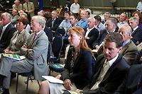 ZANDVOORT - Presentatie Manual Golfbaanonderhoud. Woensdag 22 september is het zover. De eerste exemplaren van de Manual Golfbaanonderhoud worden dan uitgereikt aan de voorzitter van de Nederlandse Vereniging van Golfaccommodaties, Jaqueline Lambrechtse , aan Ronald Pfeiffer, de President van de Nederlandse Golf Federatie, aan John van Hoesen, de voorzitter van de Nederlandse Greenkeepers Associatie en aan Master Greenkeeper Laurence Pithie, wiens werk de basis vormde voor de Nederlandse uitgave. De manual werd aangeboden door Pieter Aalders, manager van de Kennemer GC. Op de foto Femke Tolsma.  COPYRIGHT KOEN SUYK