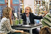 Nederland, Nijmegen,18-9-2017Auteur Thomas Verbogt bij de presentatie van zijn nieuwste boek, Hoe alles moest beginnen, bij boekhandel Dekker vd Vegt in Nijmegen.Foto: Flip Franssen