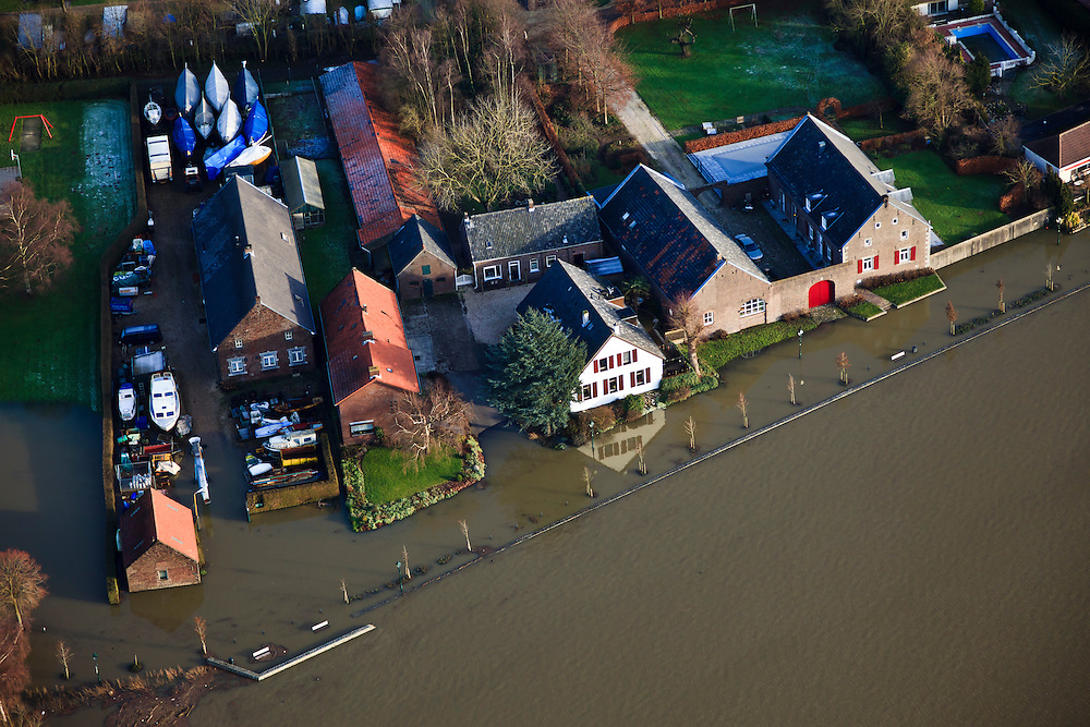 Nederland, Noord-Brabant, Roermond, 2011-01-11Boerderij, huizen en schuren in hoogwater aan de Maas Het hoogwater is een gevolg van sneeuwsmelt en neerslag in de bovenloop van de rivier. Farm and houses in high water of the river Meuse due to snow melt and precipitation upstream. .luchtfoto (toeslag), aerial photo (additional fee required).foto/photo Siebe Swart