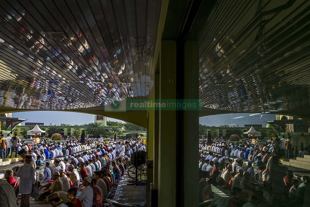 June 25, 2017 - Pekanbaru, Indonesia - Indonesian Muslims attend Eid Al-Fitr prayer  at An-Nur Grand Mosque on June 25, 2017 in Pekanbaru, Indonesia..Eid Al-Fitr marks the end of Ramadan, during which Muslims in countries around the world spend time with family, offer gifts and often give to charity. (Credit Image: © Afrianto Silalahi/NurPhoto via ZUMA Press)