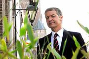 Setbezoek van het  tweede seizoen Dokter Tinus waar de opnamen in Woudrichem plaats vinden.<br /> <br /> Op de foto: Thom Hoffman