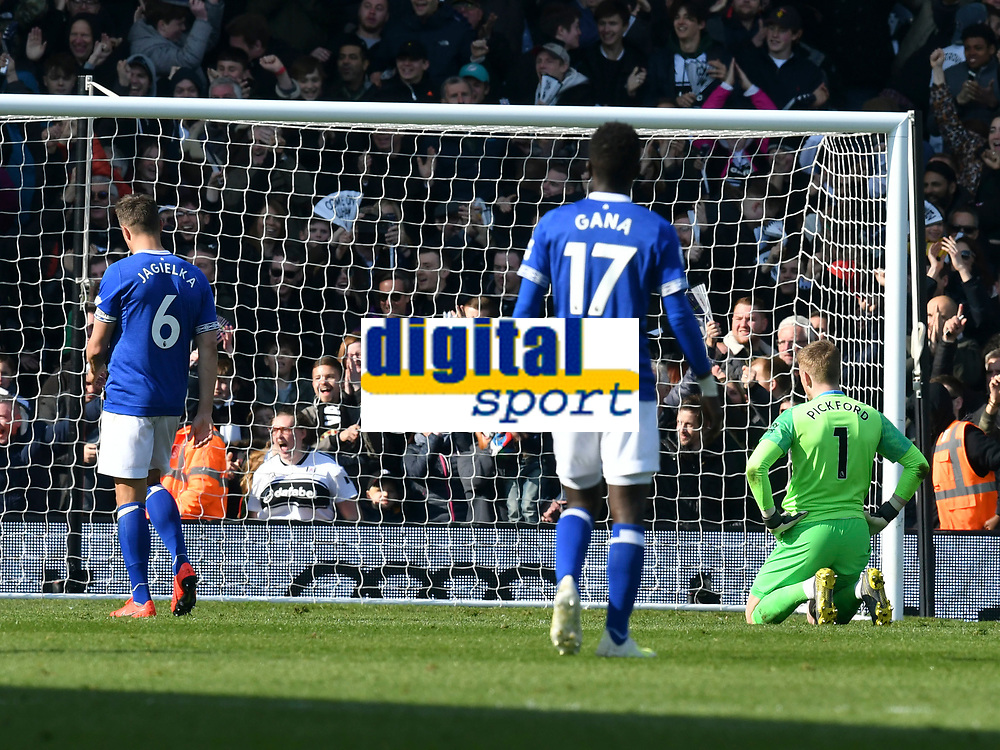 Football - 2018 / 2019 Premier League - Fulham vs. Everton<br /> <br /> Jordan Pickford Everton looks down as Everton concede a 2nd goal , at Craven Cottage.<br /> <br /> COLORSPORT/WINSTON BYNORTH