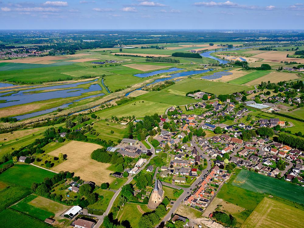 Nederland, Gelderland, Gemeente Zevenaar, 27-05-2020;  het dorp Aerdt met in de Eendenpoelse Buitenpolder de Oude Rijn en Rijnstrang, op de grens met Duitsland (in de achtergrond). <br /> The village of Aerdt with the Oude Rijn and Rijnstrang, on the border with Germany (in the background).<br /> <br /> luchtfoto (toeslag op standard tarieven);<br /> aerial photo (additional fee required);<br /> copyright foto/photo Siebe Swart