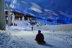 Snowland em Gramado, na Serra Gaúcha, é o primeiro parque de neve indoor das Américas. Só existem outros parques cobertos e com neve de verdade na Inglaterra, Holanda, Alemanha, Dubai, China, Nova Zelandia e Coréia do Sul. Além de ser o primeiro do continente, o Snowland tem uma peculiaridade em relação aos demais, que são todos voltados para a prática de esportes na neve. Ao ingressar no parque, o visitante transporta sua imaginação para um charmoso vilarejo alpino ao sope de uma montanha de neve. Um lugar incrível, onde pessoas de todas as idades tem a oportunidade de experimentar a sensação única de ver a neve pela primeira vez. Ao todo, o parque oferece mais de 30 atividades para todas as idades, incluindo esportes de neve, diversão, glacial com animais mecatrônicos, alimentação, vilarejo alpino, lojas e muito mais. FOTO: Marcos Nagelstein/ Agência Preview