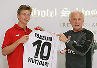 Fotball<br /> Foto: imago/Digitalsport<br /> NORWAY ONLY<br /> <br /> 18.07.2005 <br /> <br /> Trainer Giovanni Trapattoni (re.) stellt den Neuzugang Jon Dahl Tomasson (beide Stuttgart) samt Trikot mit der Rückennummer 10 vor