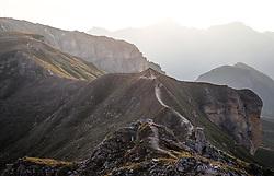 THEMENBILD - Wanderweg auf einem Berggrat im Morgenlicht. Die Grossglockner Hochalpenstrasse verbindet die beiden Bundeslaender Salzburg und Kaernten mit einer Laenge von 48 Kilometer und ist als Erlebnisstrasse vorrangig von touristischer Bedeutung, aufgenommen am 06. August 2018 in Fusch an der Glocknerstrasse, Österreich // Hiking trail on a mountain ridge in the morning light. The Grossglockner High Alpine Road connects the two provinces of Salzburg and Carinthia with a length of 48 km and is as an adventure road priority of tourist interest, Fusch an der Glocknerstrasse, Austria on 2018/08/06. EXPA Pictures © 2018, PhotoCredit: EXPA/ JFK