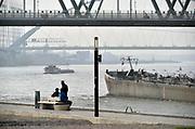 Nederland, Nijmegen, 12-4-2018Op de Waalkade staat een snuffelpaal, een lantaarnpaal met daaraan een meetkastje voor CO2 luchtvervuiling die door de scheepvaart, binnenvaart, veroorzaakt wordt . Scheepsmotoren zijn meer vervuyilend dan gemiddeld en langs de waal in deze stad staan veel huizen en wonen veel mensen .Foto: Flip Franssen