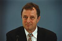 """23 MAY 2000, BERLIN/GERMANY:<br /> Christoph Bertram, Direktor Stiftung Wissenschaft und Politik, Mitglied der Kommission """"Gemeinsame Sicherheit und Zukunft der Bundeswehr"""", während der Pressekonferenz zur Vorstellung des Berichts der Kommission, Bundespressekonferenz<br /> IMAGE: 20000523-02/01-24"""