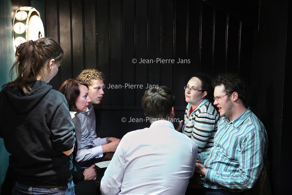 Nederland, Amsterdam , 26 april 2010..Maandagavond publiek in Stand up comedy theater cafe Boom Chicago op het Leidsche Plein tijdens de z.g. Pub quiz avond..Rechts op de foto de voormalige wereldkampioen..Foto:Jean-Pierre Jans