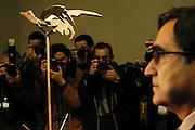 V. 01. Valencia 27/10/2003. Una escultura del artista norteamericano, David Smith, es fotografiada en presencia del director del Instituto Valenciano de Arte Moderno (IVAM), Kosme de Barañano (d), durante la presentación de las nuevas adquisiciones del museo. EFE / Kai Försterling.