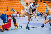 ROTTERDAM - Sosha Benninga (Adam) met keeper Karlijn Adank (Laren) ,  dames Amsterdam-Laren  ,hoofdklasse competitie  zaalhockey.   COPYRIGHT  KOEN SUYK