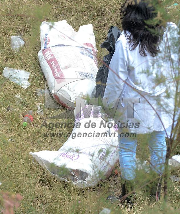 Nezahualcóyotl, Méx.- Vecinos de la colonia El Sol reportaron la presencia de restos humanos repartidos en bolsas de plástico, abandonadas en la parte baja de un puente vehicular en los límites de Nezahualcóyotl y el Distrito Federal. Agencia MVT / Juan García