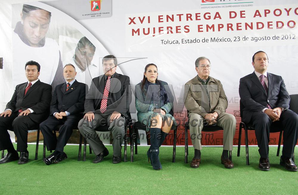 Toluca, México.- El primer regidor de Toluca, Víctor Manuel Álvarez Herrera, hizo la XVI entrega de apoyos en cheques a mujeres emprendedoras mexiquenses. Agencia MVT / Arturo Hernández S.