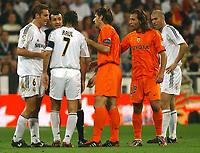 L-R. Ivan Helguera, Raul Gonzalez, David Albelda, Francisco Rufete and Zinedine Zidane argue with referee Perez Lasa. Spanish La Liga. Real Madrid v Valencia. Madrid. October 23, 2004. (Photo/Alvaro Hernandez).<br /> <br /> Foto Graffiti