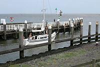 VLIELAND - zeilboot vaart uit de haven van Vlieland. ANP COPYRIGHT KOEN SUYK