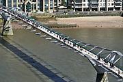 Engeland, Londen, 10-4-2019 Straatbeeld van het centrum van de stad. De Millenniumbridge, millenniumbrug, brug over de thames, theems .Foto: Flip Franssen