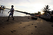 Santo Andre_BA, Brasil...Santo Andre e uma pequena vila de pescadores, com um trecho da praia voltado para o mar e o outro para o Rio Joao de Tiba, Bahia...The Santo Andre is a small fishers village, with a stretch of beach facing the sea and one for Joao de Tiba river, Bahia. ..Foto: LEO DRUMOND / NITRO