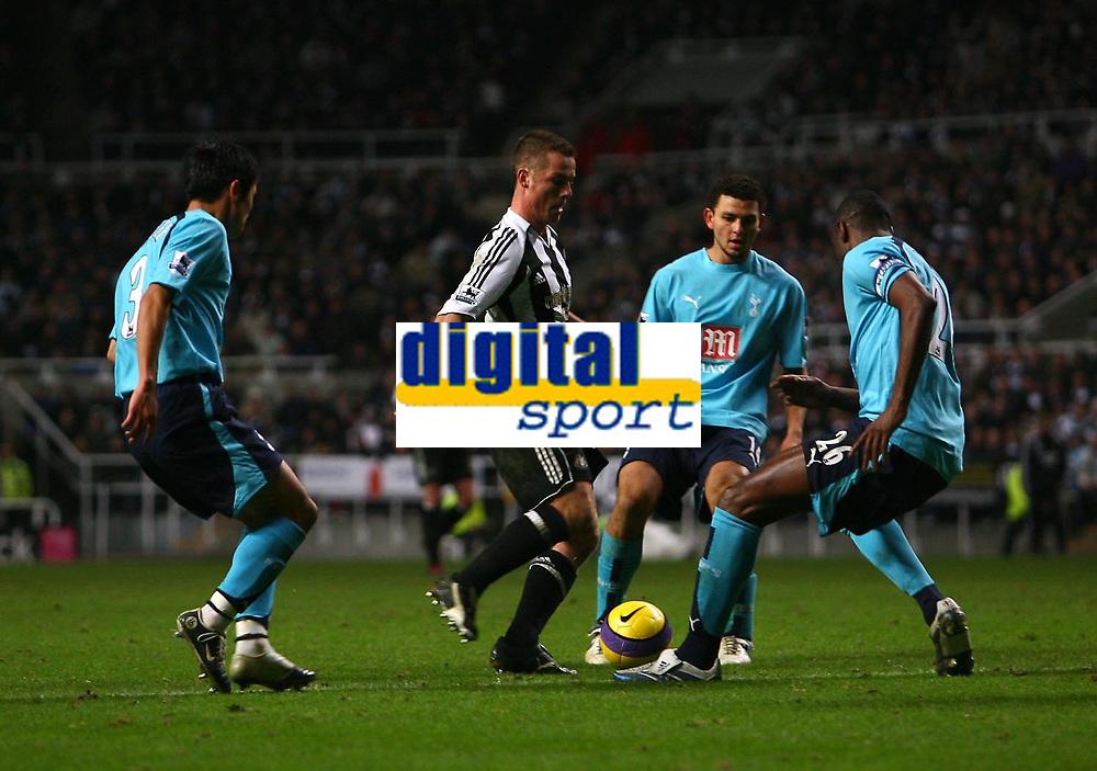 Photo: Andrew Unwin.<br />Newcastle United v Tottenham Hotspur. The Barclays Premiership. 23/12/2006.<br />Newcastle's Scott Parker (C) plays the ball through the gap.