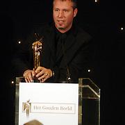 NLD/Bussum/20051212 - Uitreiking Gouden Beelden 2005, Eric Corton reikt het beeld voor muziek uit