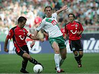 Fotball<br /> Bundesliga Tyskland 2004/05<br /> Werder Bremen v Hannover 96<br /> 18. september 2004<br /> Foto: Digitalsport<br /> NORWAY ONLY<br /> Altion LALA, Tim BOROWSKI Bremen