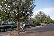Een man rijdt op een vouwfiets door Den Haag.<br /> <br /> A man is riding a folding bike in The Hague.