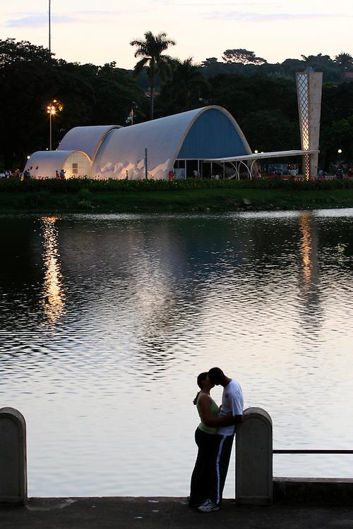 Belo Horizonte_MG, Brasil...Casal beijando proximo a Igreja Sao Francisco de Assis na Pampulha...The couple kissing next to the Sao Francisco church in the Pampulha...Foto: LEO DRUMOND / NITRO