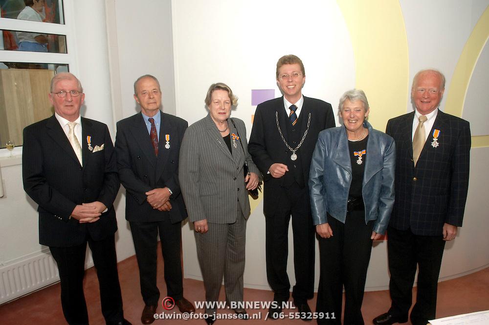 NLD/Huizen/20060428 - Koninklijke onderscheidingen gemeente Huizen, lintjesregen, H.J. van de Steege, de heer J.F.A. Luijendijk en mevrouw A.G.M. van Wulfen-de Kort, J.H.Th. Hartong en mevrouw A.J. Haarbrink-Haitsma
