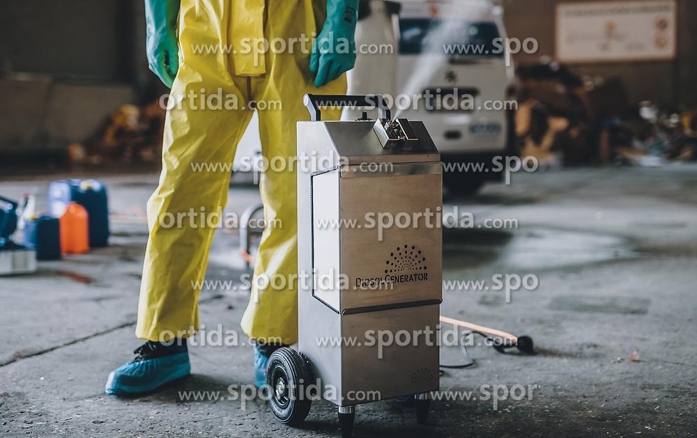 THEMENBILD - Ein Mitarbeiter in Schutzausrüstung demonstriert die Desinfektion mit einer Verneblungsmaschine. Mit Hilfe einer umgebauten Schneekanone der Firma Daka Schadensanierung GmbH sollen so größere Flächen und Räume desinfiziert werden. die Schneekanone kann trockenen Nebel – eine Mischung aus Wasserstoffperoxid und Silberionen – bis zu 50 Meter weit werfen, aufgenommen am 10. April 2020 in Hopfgarten im Brixental, Oesterreich // An employee in personal protective equipment demonstrates disinfection with a fog machine. With the help of a modified snow blower from the company Daka GmbH, larger areas and rooms are to be disinfected. The snow blower can throw dry fog - a mixture of hydrogen peroxide and silver ions - up to 50 meters, Hopfgarten im Brixental, Austria on 2020/04/10. EXPA Pictures © 2020, PhotoCredit: EXPA/ JFK