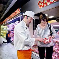 Nederland, Roosendaal , 27 augustus 2014.<br /> Mieke van Pol opde vleeswarenafdeling bij haar favouriete  slager in de C1000<br /> Foto:Jean-Pierre Jans