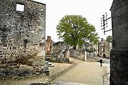 Frankrijk, Oradour-sur-Glane, 12-5-2010De Duitse president Joachim Glauck zal in september 2013 een bezoek brengen aan dit door de Duitsers in de 2e WO vernietigde en uitgemoorde dorp.Dit dorp is als monument in de staat van na de verwoesting. Het bloedbad van Oradour sur Glane vond plaats op 10 juni 1944 . Het dorp werd die dag door Duitse ss soldaten ingesloten en uiteindelijk verwoest en uitgemoord. Bij deze overval werden 642 mensen vermoord. Slechts zes personen overleefden het bloedbad. Aanleiding was onduidelijk, maar de inval van de geallieerde troepen in Normandie op 6 juni 1944 en aanslagen door het Franse verzet, de resistance, zouden de aanleiding kunnen zijn. Foto: Flip Franssen/Hollandse Hoogte