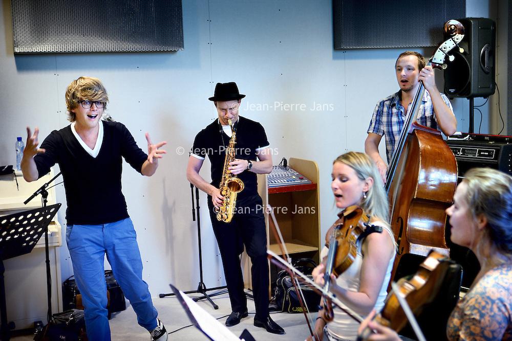 Nederland, Amsterdam , 3 augustus 2010..Popmuzikant en zanger Wouter Hamel (l) en jazzmuzikant en saxofonist Benjamin Herman (midden) samen met gelegenheidsmuzikanten tijdens een repetitie onder leiding van Wouter hamel in Muziq studios..Popsinger Wouter Hamel rehearsing with an occasional jazz band.